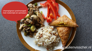 Champignon-preimengsel met notenrijst en samosa's