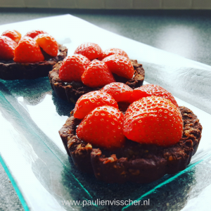 Chocolade caramel taartjes met aardbeien